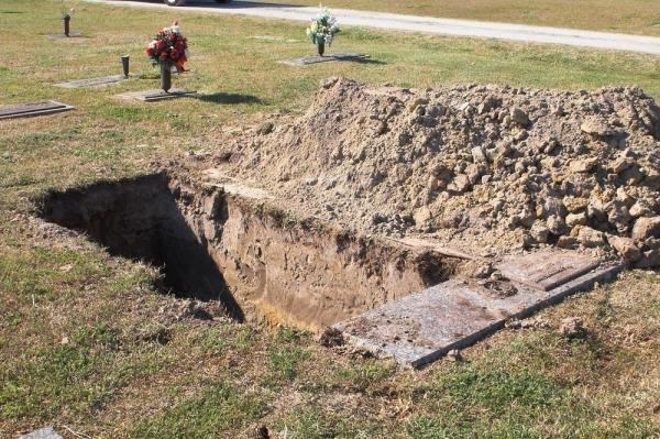 Cuộc thi đào mồ đẹp mong muốn tôn vinh những người làm nghề đào mồ vốn luôn bị chê cười.