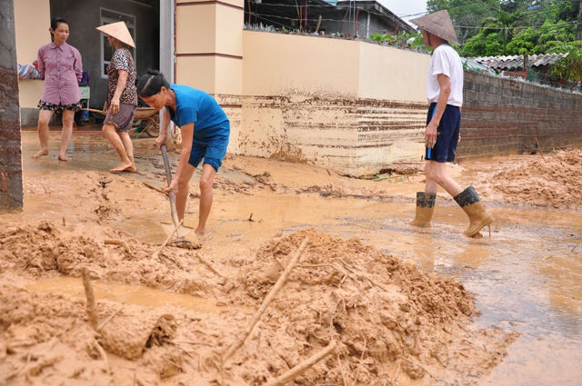 Bùn thải từ dự án trôi tràn vào nhà dân. (Ảnh: Báo Quảng Ninh)