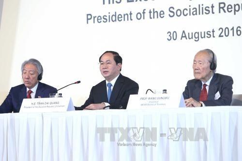 Chủ tịch nước Trần Đại Quang trả lời các câu hỏi của các học giả. Ảnh: Nhan Sáng/TTXVN