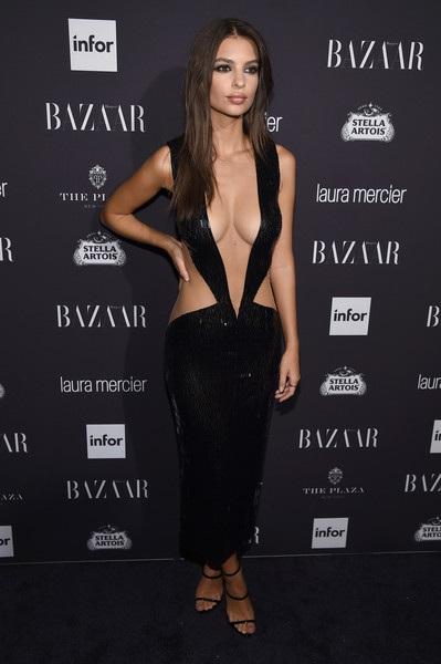 Người mẫu 25 tuổi khoe đường cong mỹ miều trong bộ váy đen xẻ táo bạo