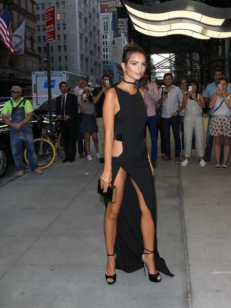 Emily trong 1 chiếc váy gợi cảm khác dự sự kiện tại New York ngày 8/9