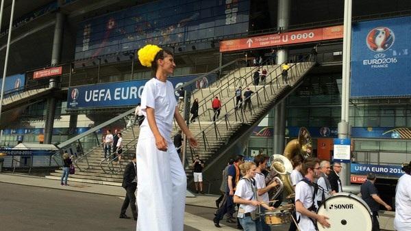 """Du học sinh Việt tại Paris đã sẵn sàng """"ăn ngủ cùng Euro"""" - 15"""