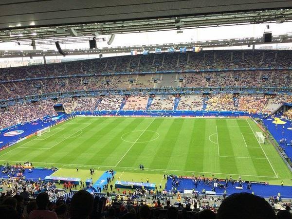 Trận khai mạc giữa Pháp và Roumanie trước giờ bóng lăn.