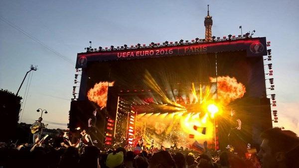 Đêm concert cổ vũ trước thềm EURO của DJ, nhạc sĩ David Guetta – người viết ca khúc chính thức cho ngày hội bóng đá 2016