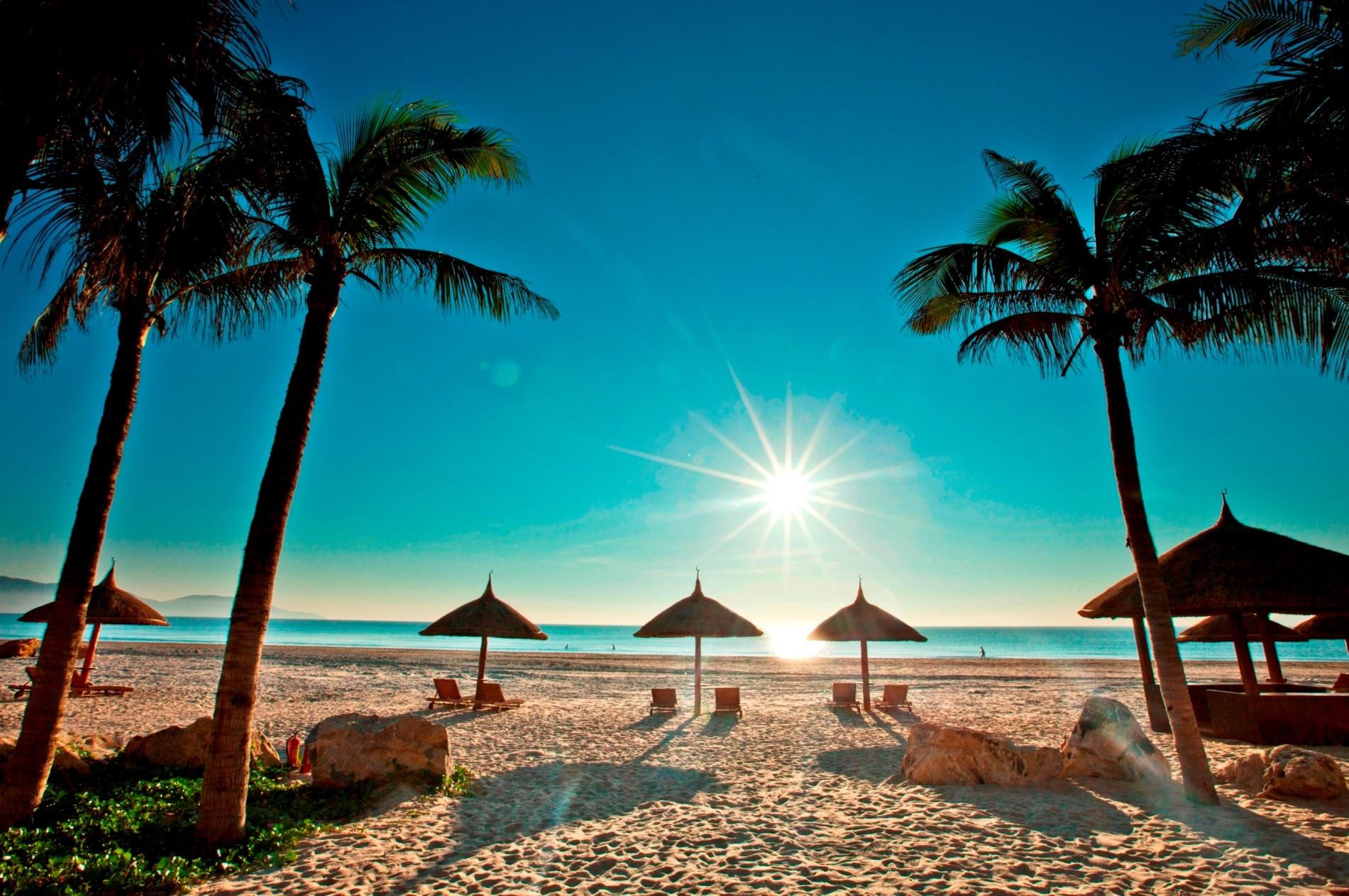 Những bãi biển ở Nha Trang tuyệt đẹp trong mọi thời điểm của ngày. ảnh: Du lịch Việt Nam.