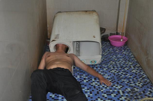 Cảnh trớ trêu của thợ sửa máy giặt.