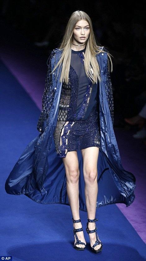 Gigi Hadid trình diễn 1 thiết kế trong BST xuân hè 2017 của Versace tại tuần lễ thời trang Milan ngày 23/9 vừa qua