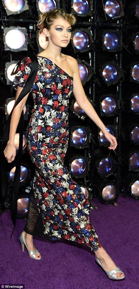 Gigi Hadid trình diễn thời trang trong buổi công chiếu phim Zoolander No. 2 tại New York ngày 10/2 vừa qua
