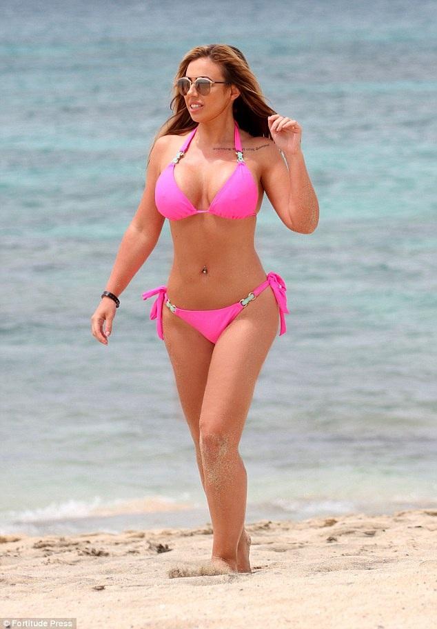 Người đẹp của show truyền hình thực tế Geordie Shore - Holly Hogan bốc lửa trên bãi biển Cape Verde ngày 19/4 vừa qua