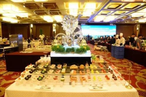 Thực đơn của yến tiệc bao gồm các món ăn nổi tiếng của Hàng Châu như cá Tây Hồ, thịt lợn Đông Pha, thịt ga Beggar.