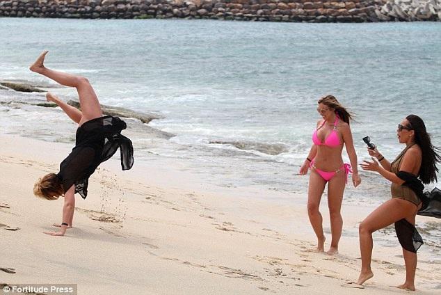 Các cô gái nô đùa, trò chuyện hồi lâu trên bãi biển.