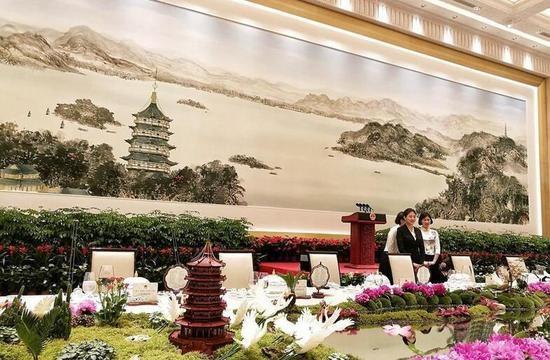 Bữa tiệc có sự tham dự của giới chức Trung Quốc và các lãnh đạo nhóm G20. Tại hội trường chính của yến tiệc có treo một bức tranh dài 30m, cao 6m do một nhóm nghệ sĩ thực hiện trong vòng 20 ngày.