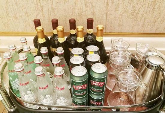 Đồ uống ngoài rượu vang Trung Quốc còn có nước khoáng.