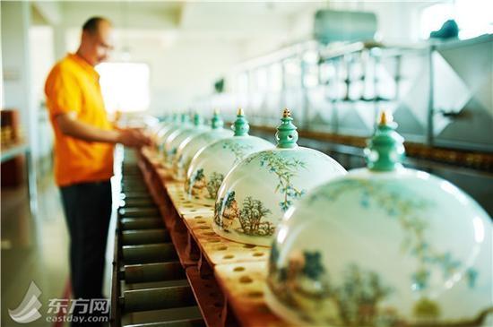 Các vật dụng dùng cho yến tiệc đều có in hình phong cảnh núi non, sông nước màu xanh được lấy cảm hứng từ chính phong cảnh của Tây Hồ.
