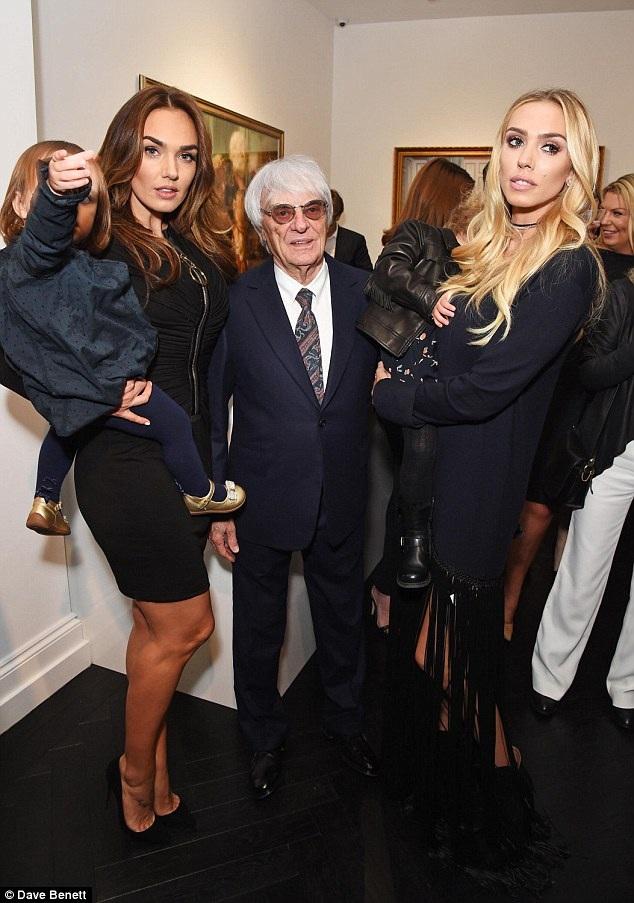 Tỷ phú Bernie Ecclestone rạng rỡ khi đi sự kiện cùng hai con gái xinh đẹp. Bernie Ecclestone sở hữu khối tài sản lên tới 3,8 tỷ đô la tính tới năm 2015