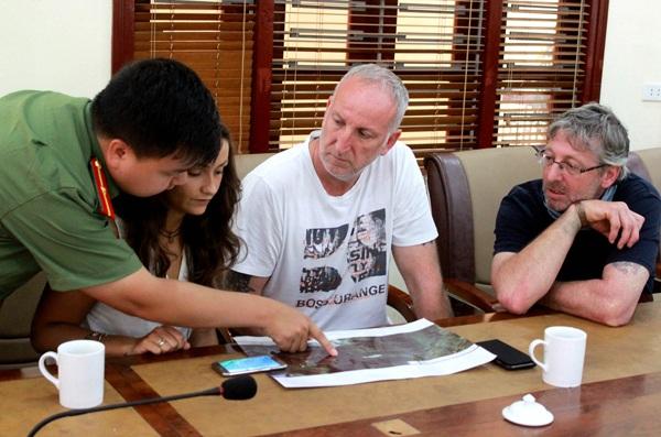 Gia đình nạn nhân mất tích nghe lực lượng chức năng Việt Nam thông tin về kế hoạch tìm kiếm.