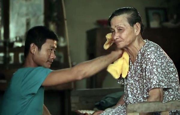 Hình ảnh anh Lê Quốc Dũng một mình chăm sóc mẹ già khiến nhiều người cảm động