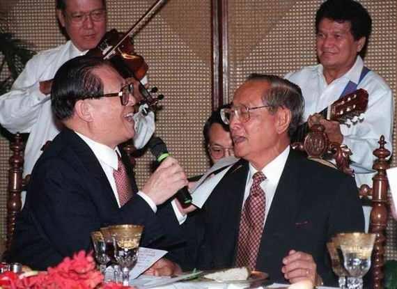 Chủ tịch Trung Quốc Giang Trạch Dân và Tổng thống Philippines Fidel Ramos hát vui vẻ cùng nhau năm 1996. (Ảnh: Huffington Post)