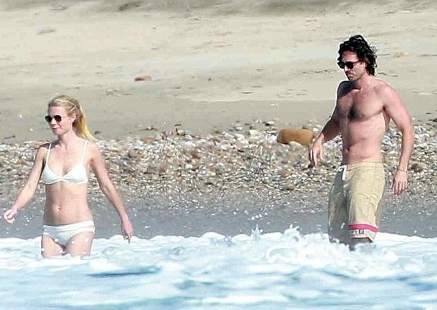 Gwyneth Paltrow đang đi nghỉ tại bãi biển ở Mexico cùng bạn trai - Brad Falchuk. Cặp tình nhân bị giới săn tin bắt gặp khi đang tung tăng trên bãi biển, ngày 18/1.