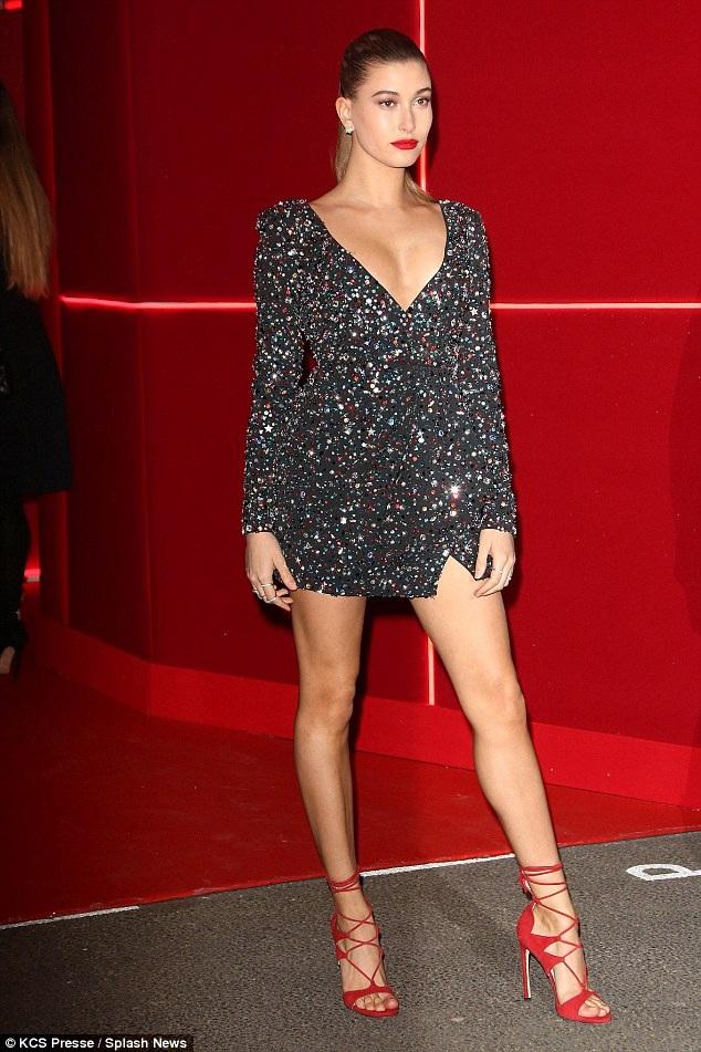 Chân dài gợi cảm Hailey Baldwin dự tiệc do L'Oreal tổ chức trong khuôn khổ tuần lễ thời trang Paris ngày 8/3 vừa qua