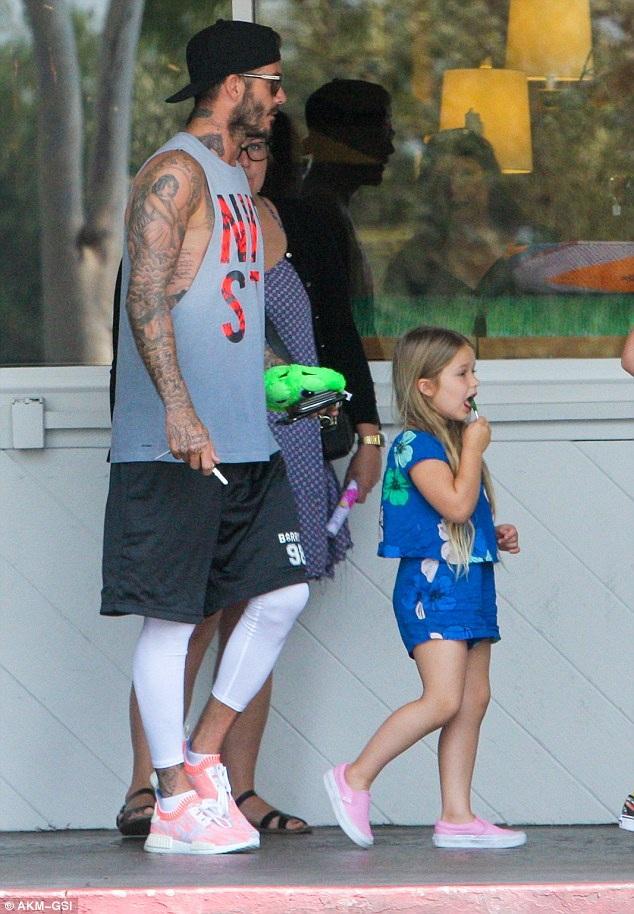 David Beckham đưa 3 con đi ăn sáng tại Los Angeles ngày 25/8 vừa qua