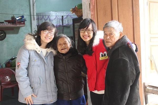 Giang trong một chuyến đi từ thiện trước tết với người già khó khăn ở Hà Tĩnh