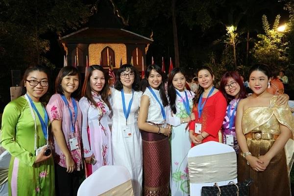 Cô gái Việt và các bạn ASEAN ở đêm tiệc với thị trưởng thành phố Bangkok và đại sứ Hoa Kỳ tại Bangkok