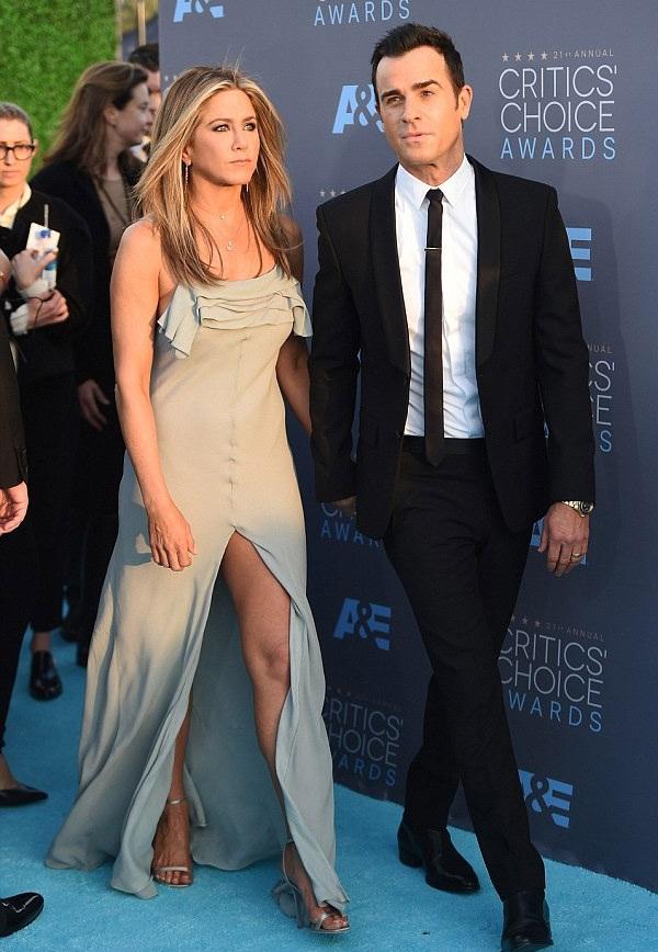 Jennifer Anniston sánh đôi cùng ông xã tới dự lễ trao giải. Justin được đề cử Nam diễn viên xuất sắc.