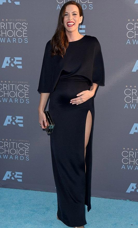 Nữ diễn viên 38 tuổi - Liv Tyler gợi cảm với váy xẻ cao khoe chân thon.