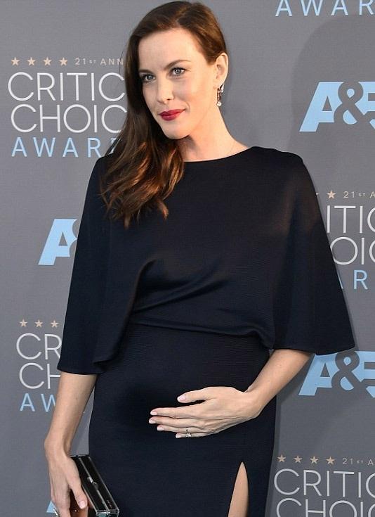 Liv Tyler xuất hiện với vòng hai to đùng trên thảm đỏ. Liv không giấu cô đang mang thai đứa con thứ ba.