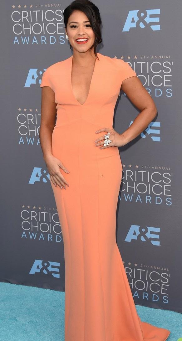 Gina Rodriguez thời thượng với váy màu hồng đào