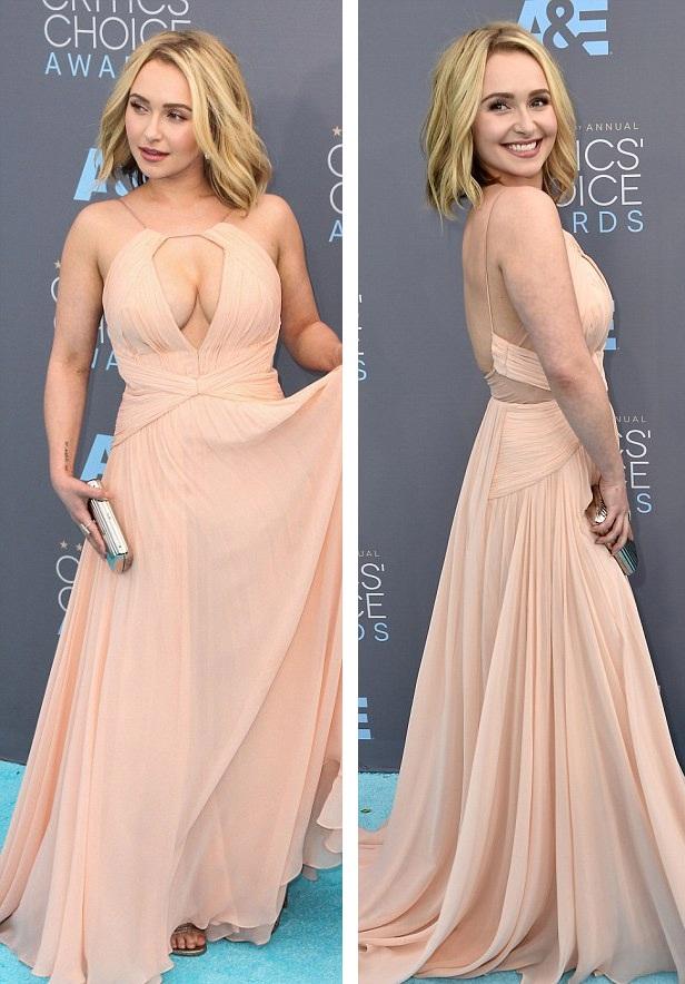 Người đẹp diện chiếc váy của nhãn hiệu Maria Lucia Hohan với đường cắt cúp ấn tượng và khiêu khích ở ngực giúp người đẹp dễ dàng khoe vòng một khủng.