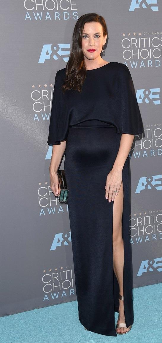 Liv trông thật sành điệu với váy giày của nhãn hiệu Nicholas Kirkwood và ví cầm tay của Jimmy Choo.
