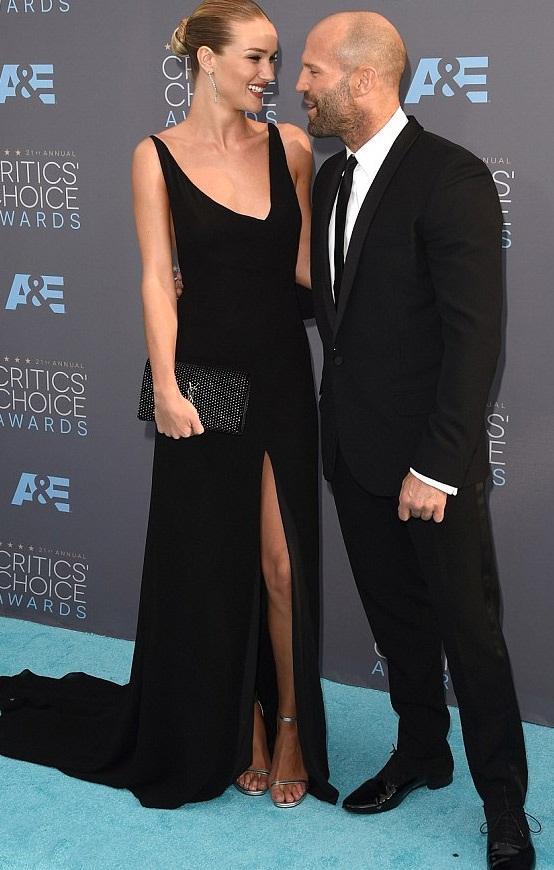 Siêu mẫu Rosie Huntington-Whiteley đẹp đôi bên bạn trai cơ bắp - Jason Statham trên thảm đỏ.