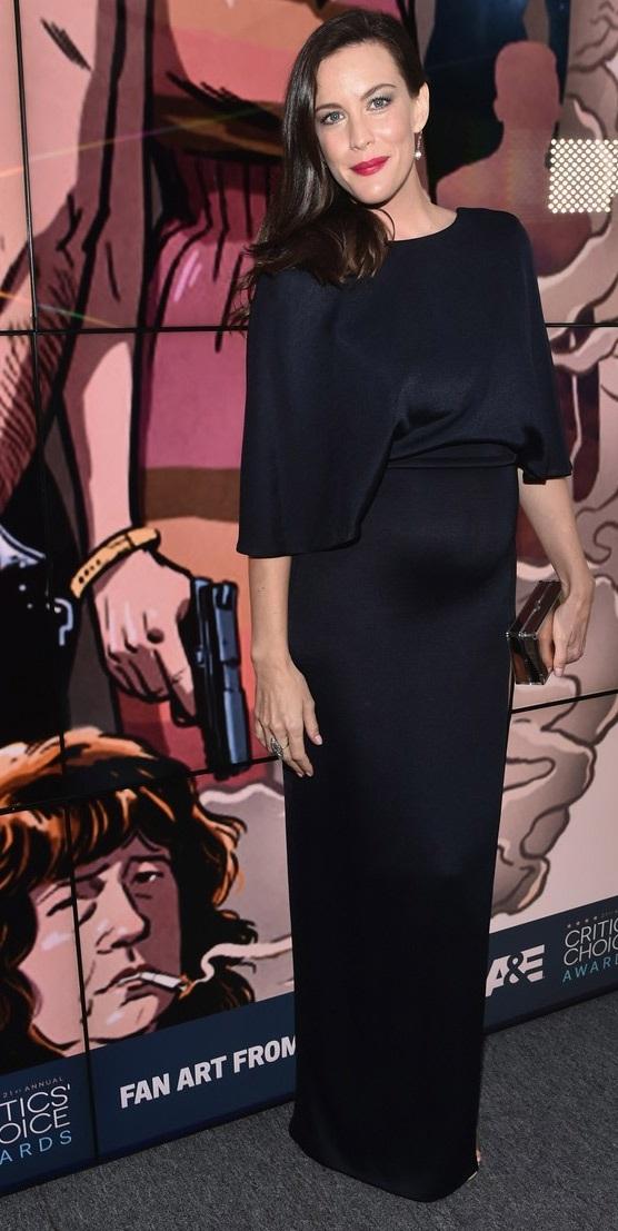 """Liv Tyler là con gái của ngôi sao nhạc rock Steven Tyler và người mẫu Bebe Buell. Cô gia nhập làng giải trí khi mới chỉ là một cô bé và ngày càng nổi tiếng nhờ vẻ đẹp ấn tượng, tự nhiên. Liv vẫn tiếp tục theo đuổi nghiệp diễn tới tận bây giờ và tỏa sáng trong khá nhiều bộ phim, trong đó phải kể tới """"bom tấn"""" Chúa tể của những chiếc nhẫn, Ngày tận thế."""