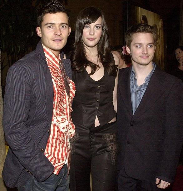 Liv Tyler và Orlando Bloom từng hợp tác ăn ý trong ba phần bộ phim Chúa tể những chiếc nhẫn. Trong ảnh là hai ngôi sao nổi tiếng tại buổi ra mắt bộ phim ở London, Anh vào năm 2001. Lúc này, cả hai đều còn rất trẻ.