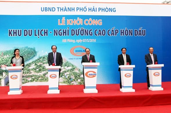 Thủ tướng Nguyễn Xuân Phúc cùng đại diện chính quyền địa phương và chủ đầu tư thực hiện nghi lễ khởi công dự án.