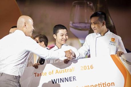 Nguyễn Thành Khoan và Lê Ngọc Hưng - Học viên khoá Bếp Trưởng Điều Hành của Hướng Nghiệp Á Âu tại đêm trao giải Taste of Australia. (Ảnh: BTC)