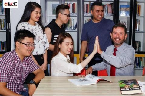 Giảng viên chương trình quốc tế luôn thân thiện với sinh viên.