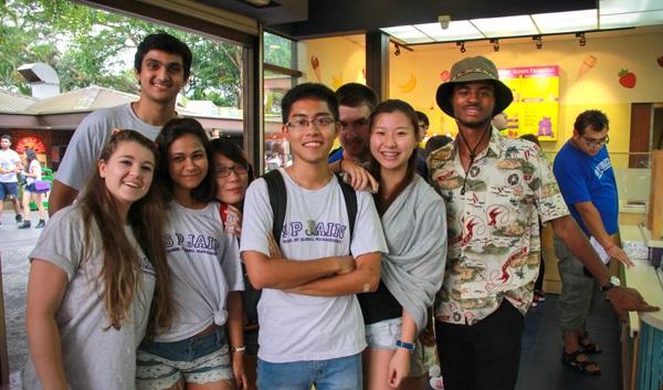 Hoàng Tuấn với bạn bè quốc tế.