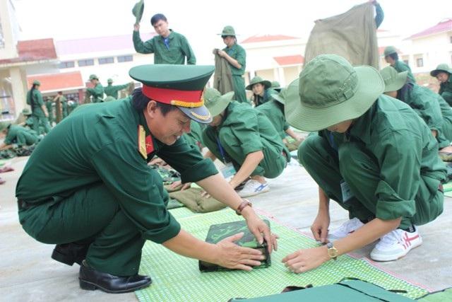 Thầy giáo hướng dẫn các sinh viên trường ĐH Vinh xếp chăn vuông thành sắc cạnh