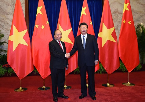 Chủ tịch Trung Quốc Tập Cận Bình đón Thủ tướng Nguyễn Xuân Phúc tại Đại lễ đường nhân dân Bắc Kinh.