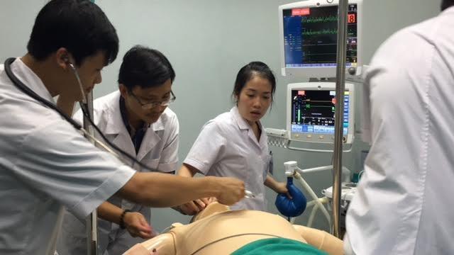 Các BS đang nỗ lực cứu bệnh nhân