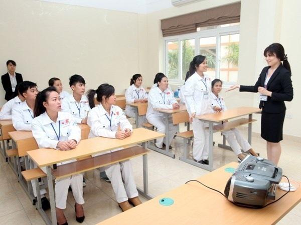 Điều dưỡng viên, hộ lý học tiếng Nhật trước khi sang Nhật Bản làm việc. (Ảnh: TTXVN)