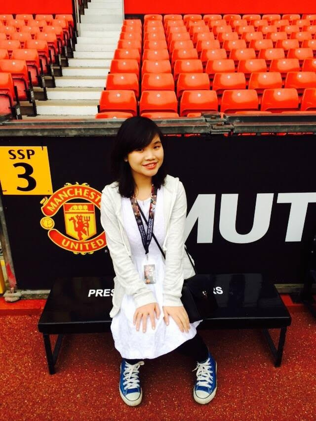 Cô nữ sinh Việt trong lần đi tham quan SVĐ Old Trafford cùng một số người bạn
