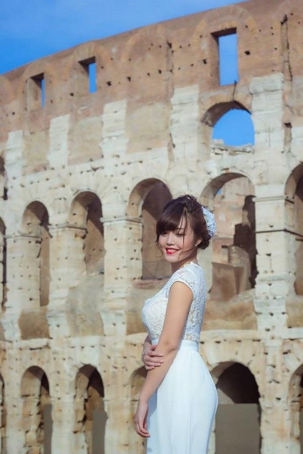 Cô chọn trang phục là chiếc váy trắng dạ hội tinh khôi để ghi lại khoảng khắc đến thăm thành Rome – công trình nổi tiếng mang nặng dấu ấn thời gian của Ý.