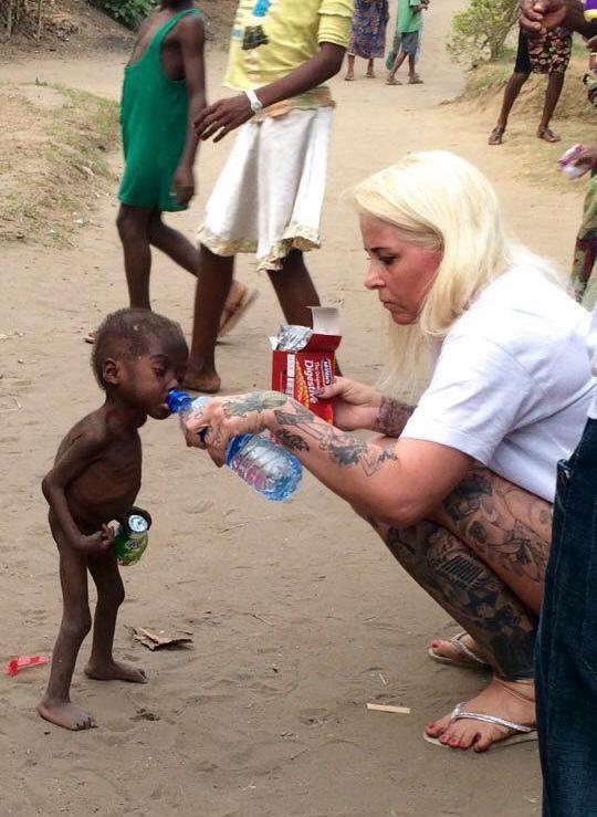 Bức ảnh em bé đáng thương chỉ còn da bọc xương được nhân viên cứu trợ cho uống nước, ăn bánh có thể sẽ còn ám ảnh nhiều người đến mãi về sau.