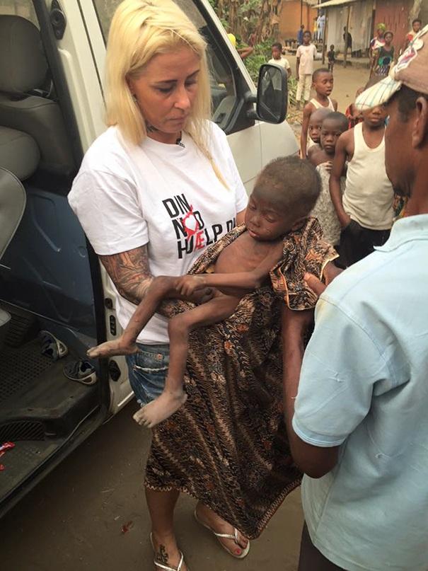 Xúc động hình ảnh em bé Nigeria bị bỏ rơi được cho nước uống - 2