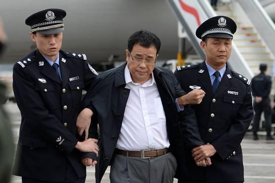 Tội phạm kinh tế Li Huabo bị cảnh sát Trung Quốc dẫn giải về nước sau khi biển thủ hàng triệu USD và ẩn náu nhiều năm ở Singapore. (Ảnh: WSJ)