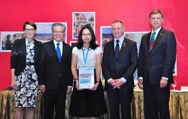 Lê Huyền Chi (giữa) trở thành Đại sứ Sinh viên Study Adelaide.